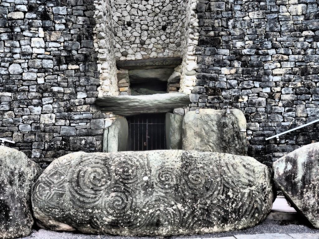 Der Eingang in den Schoss der Urmutter, Stein der drei Spiralen, Newgrange