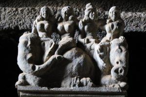 Paare auf Reittieren, Kapitelle in der Chaityahalle