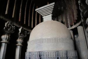 Der große Stupa in der Karlahöhle