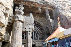 Karlahöhle mit Ashokasäule